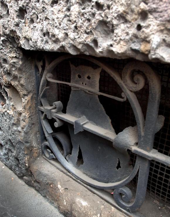 fotogramma - maria sorbi - GATTO IN FERRO BATTUTO SULLA FINESTRELLA DI CORSO MONFORTE 43